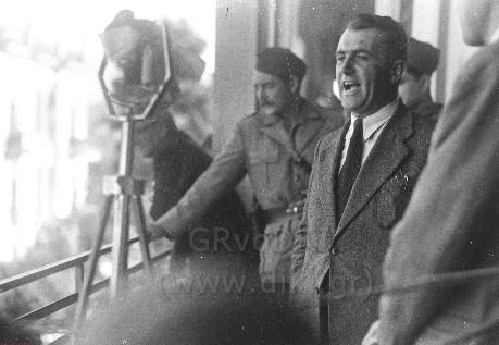 Ο λόγος του Καραγιώργη στην Πλατεία Ελευθερίας μετά την απελευθέρωση από τους Γερμανούς. Αριστερά ο καπετάνιος του 54ου Συντάγματος Πέτρος Πηλιορείτης - φωτ. Κώστα Ζημέρη