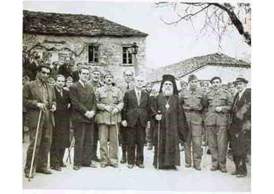 Τα μέλη της ΠΕΕΑ και ο Μητροπολίτης Κοζάνης Ιωακείμ. Απο αριστερά προς τα δεξιά: Κ.Γαβριηλίδης, Στ.Χατζήμπεης, Αγγ.Αγγελόπουλος, Εμμ.Μάντακας, Γεωργ.Σιάντος, Πετ.Κόκκαλης, Αλεξ.Σβώλος, Ευρ.Μπακιρτζής,Ηλ.Τσιριμώκος, Ν.Ασκούτσης
