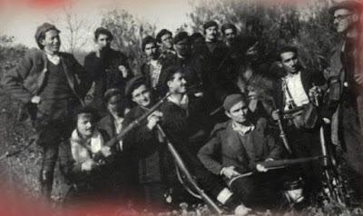 Οι πρώτοι αντάρτες του Έβρου στην Αντίσταση, 1943. Από δεξιά ο Κώστας  Ζησάκης  από την Κυανή και ο Οδυσσέας Δεληγιάννης από το Πύθιο, δίπλα του.